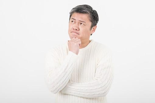 50代 中年 中高年 シニア ポーズ 白背景 白バック 白髪 しらが グレー グレーヘア 短髪 父 お父さん おじさん おじいさん おじいちゃん 目上 セーター 白いセーター 私服 プライベート 顎 手 当てる 考える はてな クエスチョン 日本人 男性 男 mdjms013