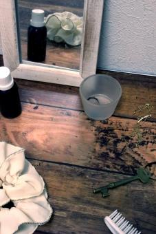 くし シュシュ 束ねる 結う 結ぶ 女性 ガーリー 部屋 鏡 アンティーク くすむ フローリング 木目 木材 鍵 カギ 指輪 ネックレス アクセサリー ブラシ 壁 レトロ 紐 ひも 板 ボード 木 オイル 瓶 ガラス 器 準備 朝 外出 縦 たて