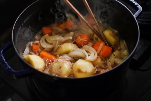 肉じゃがを作る 肉じゃが 肉ジャガ にくじゃが 肉 にく ニク ジャガイモ じゃがいも ニンジン 人参 にんじん 玉ねぎ たまねぎ タマネギ 料理 和食 和 鍋 調理 煮込む 煮込み料理