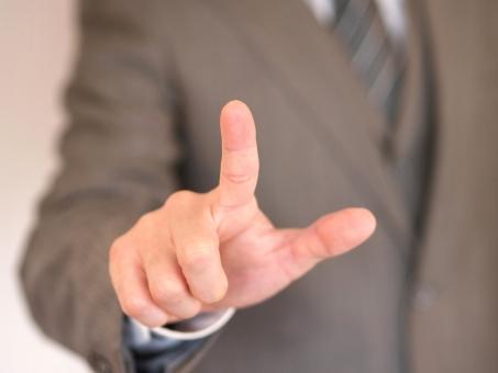 ビジネスマン ビジネス オフィス サラリーマン 会社員 プレゼン タッチパネル プレゼンテーション パネル 操作パネル スイッチ タッチ スマホ さわる タッチする 指 人差し指 指差す ビジネスイメージ 仕事 職場 上司 先輩 部下 就職 面接 就活 就職活動 指摘 操作