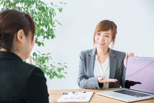 PCで説明するビジネスウーマンの写真