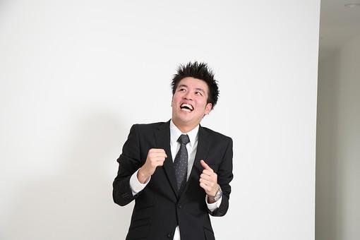 ビジネス 仕事 会社 ビル 建物 建築 建築物 壁 白い 部屋 サラリーマン ビジネスマン 会社員 男性社員 男性 男の人 成人 20代 スーツ ポーズ ガッツポーズ 握りこぶし 喜ぶ 感情表現 見上げる 白背景 影 室内 屋内 日本人 人物 mdjm003