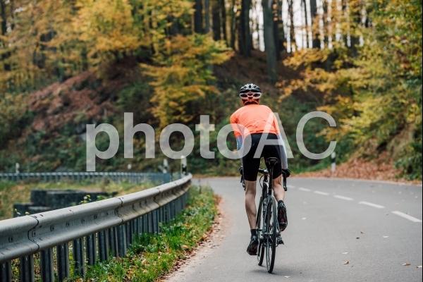 山道で自転車に乗る男性146の写真