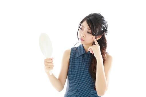 人物 日本人 20代 白バック 白背景 悩む 女 女性 女子 美容 健康 ロングヘア 鏡 見る 大人 30代 困る 日本 ミラー モデル かがみ 確認する お肌 肌トラブル mdjf019 コンプレックス