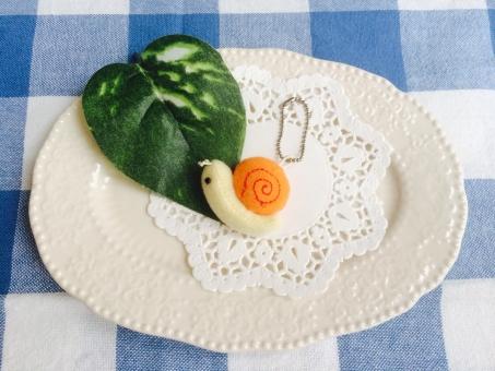 蝸牛 ぬいぐるみ ゆるキャラ ストラップ チャーム ゆるい かたつむり カタツムリ でんでんむし 6月 梅雨 ギンガムチェック つゆ 葉 生き物 生物 植物 クラフト 机 皿 可愛い ほっこり ナチュラル