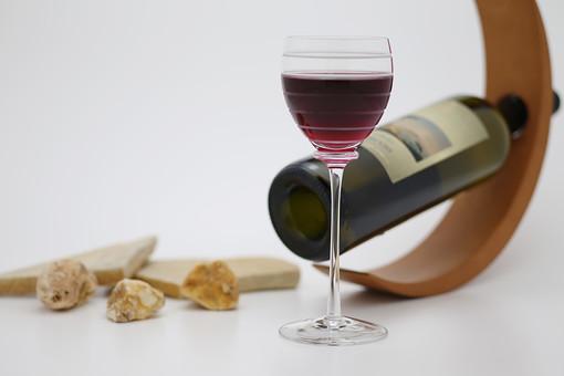 赤ワインのグラスとボトルの写真