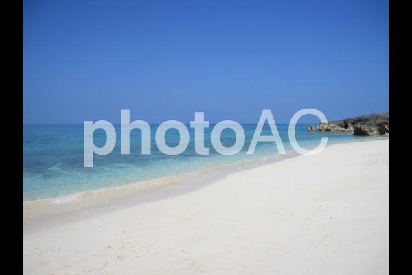 沖縄の白い砂のビーチと青い海の写真