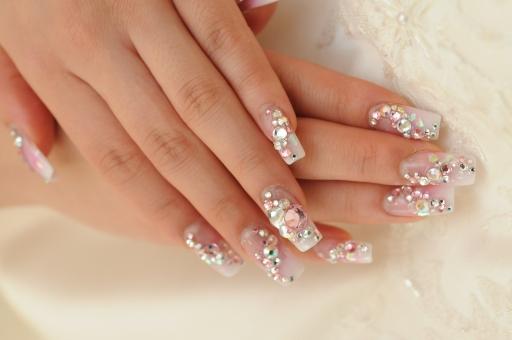 結婚式 ウェディング 白 キレイ 綺麗 高そう ドレス 花 白い花 結婚 祝い事 お祝い めでたい 新婦 ウェディングドレス ネイル 爪 ツメ ネイルアート 女性の手 女の手 女の人の手 綺麗な手 キレイな手 指 キレイな指 綺麗な指 キラキラ 輝く きらきら
