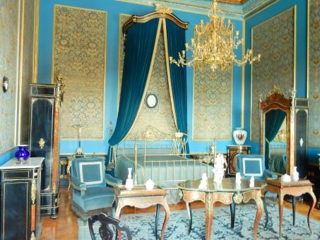 青 部屋 テーブル 椅子 絨毯 シャンデリア ベッド 高級 王室 王様