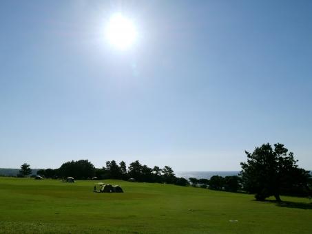 キャンプ 草原 晴れ 原っぱ 青空 太陽 家族 レジャー 観光 潮岬 最南端 雲一つない 緑 自然