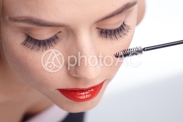 メイクする女性 マスカラ9の写真