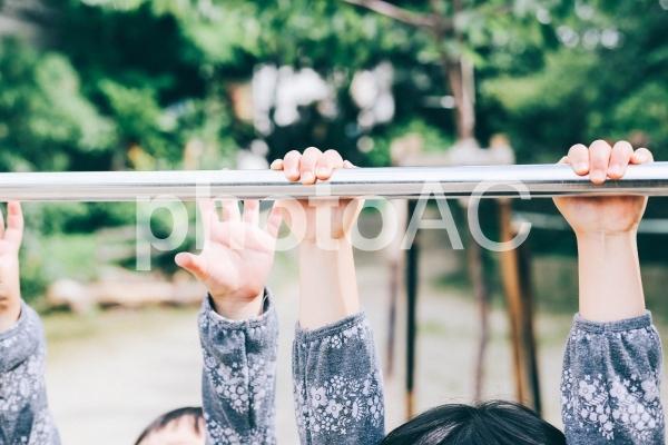 鉄棒する子供の手の写真