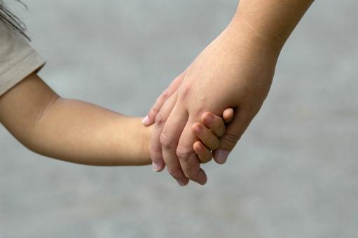 母 子供 親 母親 子 握る 演出写真 手 養育 育てる 教育 保護 手を握る 手を繋ぐ つなぐ 親子 家族