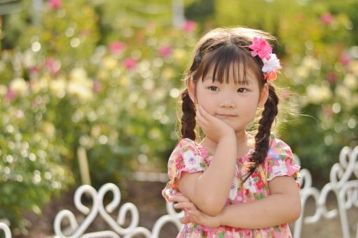 考える 子ども こども 子供 不思議 悩む バラ 薔薇 花 夏 女の子 mdfk023