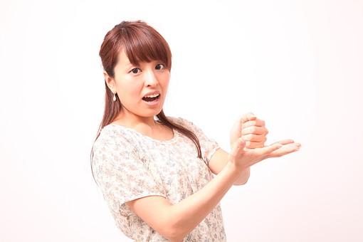 人 人間 人物 人物写真 ポートレート ポートレイト 女性 女 女の人 若い女性 女子 レディー 日本人 茶髪 ブラウンヘア セミロングヘア  白色 白背景 白バック ホワイトバック  手 指 ポーズ 歯  手のポーズ  肘を曲げる 手を広げる 閃く 分かる 理解する 思いつく なるほど mdfj012