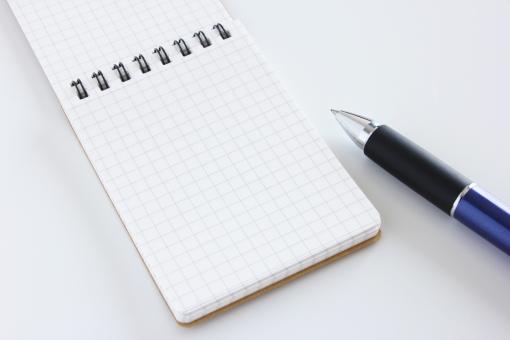 メモ帳 ペン ボールペン メモ メモ用紙 めも 携帯する 持ち歩く アイデア 書き留める 発想 記録 ビジネス 素材 背景 方眼紙 白紙 ポケット 筆記用具 ツール 手書き 企画 思い浮かぶ イメージ 忘れる 備忘録 プロジェクト 構築 ネタ 構成