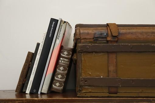 本 ブック 洋書 書物 読み物 文学 辞書 小物 雑貨 インテリア 箱 ボックス 小物入れ ケース レトロ 古い おしゃれ 立てかける 寄りかからせる もたれかかる 倒れかかる 置く 背景 壁 机 テーブル 棚 シェルフ 室内 ナチュラル