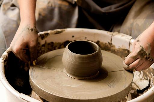 陶芸 工芸 伝統 手作り 職人 技 職人技 芸術 和風 アート 美術品 歴史 焼き物 陶器 彫刻 成形 道具 粘土 手 手元 爪 指 アップ ろくろ 食器 器 ワイヤー 切り離す 工房 アトリエ