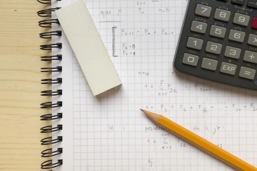 ノート 鉛筆 電卓 メモ メモ帳 筆記帳 雑記帳 控帳 ペン ペンシル 計算機 計算器 電算機 電子式卓上計算機 電子式計算機 紙 計算 計算式 数 数字 算数 数学 文具 文房具 筆記具 筆記用具 消しゴム 数式