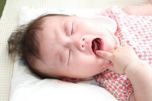 赤ちゃんの泣き顔の写真
