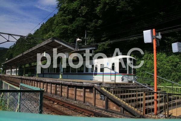 西吾野駅に停車中の4000系電車の写真