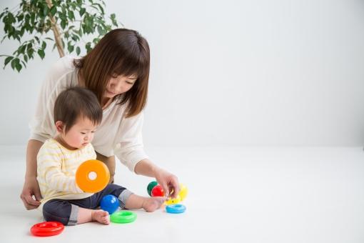 赤ちゃんと遊ぶ女性の写真