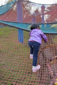 日本人 手袋 運動 子供 遊ぶ 幼児 こども 幼稚園児 公園 野外 散歩 子育て 冬 上がる 登る 育児 遊具 網 縄 真冬 自由 アスレチック 努力 幼女 チルドレン 苦労 chrqqq351