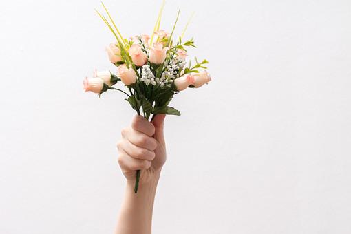 人 人間 人体 身体 人肌 肌 皮膚 手 指 手指 ゆび 関節 指の関節 デッサン 手のデッサン 手のモデル 手のポーズ  爪  右手  白い 白背景  曲げる 指を曲げる  腕 手首 花 花束 プレゼント 掲げる 掴む つかむ ハンドモデル バラ 手品
