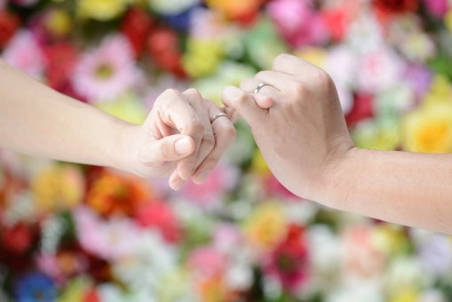 手 約束 指切り つなぐ ゆびきり 二人 カップル 夫婦 デート 恋愛 結婚 愛 愛情 花 花畑 植物 カラフル 絆 緑 男女 指 絡む 絡ませる ビューティー 仲良し