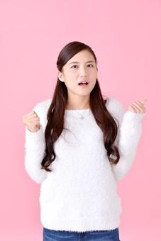 人物 女性 日本人 若者 若い  20代 美人 かわいい ロングヘア カジュアル  ラフ 私服 セーター ニット 屋内  スタジオ撮影 背景 ピンク ピンクバック ポーズ  おすすめ 上半身 手を握り住める こぶし 拳 残念 悔しい 惜しい mdjf007