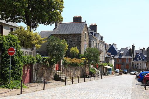 外国 観光地 リゾート ヨーロッパ フランス 仏蘭西 街並み 町 街 家 家屋 屋敷 建物 建築物 ストリート 美しい 静寂 静か 穏やか 昼間 風景 景色 石畳 日陰 名所