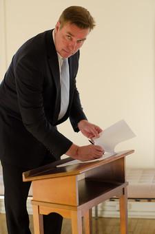ビジネス 仕事 ワーク 労働 人物 男性 外国人 アメリカ人 ビジネスマン サラリーマン 会社員 書類 ドキュメント リスト チェック 確認 ペン 書く 書き込む チェックシート スーツ ネクタイ 作業 手続き 働く 事務処理 業務 mdjms008