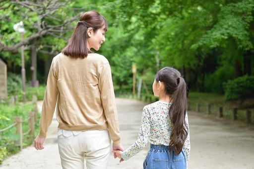 日本人 笑顔 女 女性 女子 ポートレート 主婦 後ろ姿 背中 親子 家族 子供 母親 ママ お母さん 女の子 屋外 こども 子ども 娘 小学生 歩く 少女 笑う 公園 外 木 室外 道 微笑む 児童 並ぶ 女の人 手をつなぐ アジア人 樹 母娘 mdjf062 mdfk064