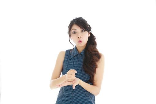 モデル 人物 日本人 日本 女性 女 女子 大人 20代 30代 ロングヘア 綺麗 きれい 可愛い 納得 ひらめく 閃く 閃めく 思いつく  思い付く 発見 手を打つ 手をうつ 白バック 白背景 mdjf019