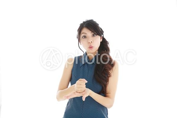 納得する日本人女性1の写真