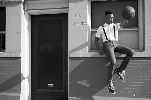 屋外 壁 レンガ 煉瓦 人物 外国人 黒人 黒髪 男性 20代 30代 若者 スポーツ選手 アスリート モデル バスケット バスケットボール ボール スポーツ ワイシャツ サスペンダー バッグ カバン 鞄 イケメン ハンサム かっこいい スタイリッシュ クール ファッション 持つ 座る 全身 白黒 モノクロ mdfm054