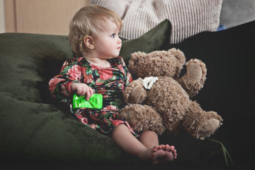 赤ちゃん 外国人 子供 子ども こども 女の子 女児 乳児 ライフスタイル 部屋 室内 屋内 ソファ クッション 座る 凭れる もたれる テディ テディベア ぬいぐるみ 一緒 リビング 横顔 金髪 かわいい 可愛い カワイイ 全身 mdfk037