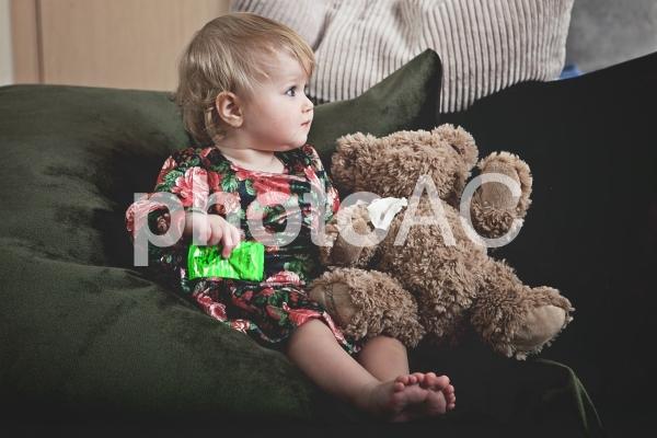 ソファに座る赤ちゃんの写真