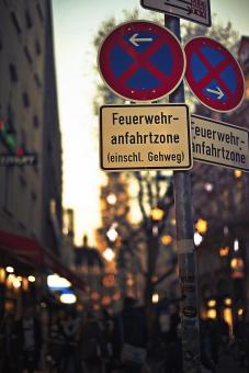 ドイツ 外国 外国風景 海外 海外風景 ヨーロッパ 欧州 ミュンヘン バイエルン 都市 町並み 街並 建物 旅行 観光 観光名所 旧市街 通り ストリート 看板 案内 標識 表示 文字 ドイツ語 言葉 街角