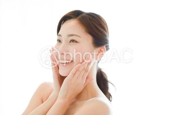 頬に手を触れる女性8の写真