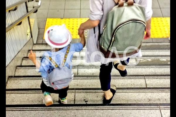 手をつないで歩く園児の写真