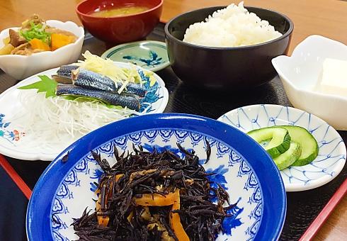 和食 料理 夕飯 味噌汁 ごはん 豆腐 肉じゃが サンマ 刺身 ひじき 定食 夕ごはん ランチ お椀 皿 和 日本 日本食