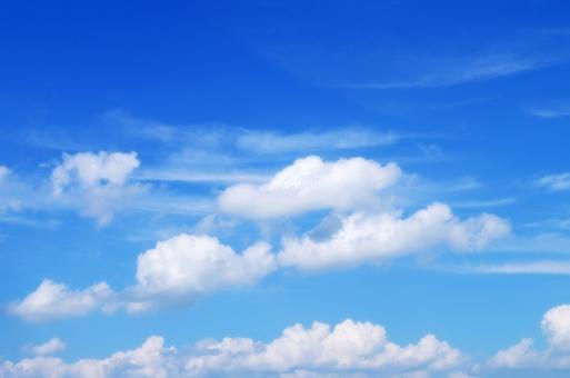 青空 秋空 空 青 白 雲 すじ雲 初秋 晩夏 秋 自然 風景 背景 ブルースカイ スカイ sky 空のみ