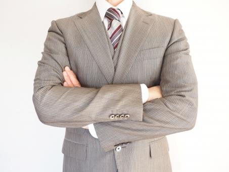 ビジネスマン ビジネス オフィス 腕組み 腕を組む 会社員 考える サラリーマン リーダー スーツ ネクタイ 腕組 男性 ポーズ 大人 正面 真剣な 真面目 上半身 実業家 起業 起業家 ベンチャー ビジネスイメージ 人物 信頼 信用 落ち着き 経営者 悩む