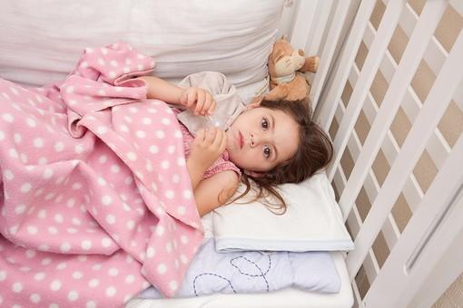 人物 外国人 外人 子供 こども 女の子 少女 幼児 ベッド 布団 寝る 睡眠 病気 風邪 寝付く 寝込む 体調不良 就寝時間 一人 眠くない 寂しい 屋内 室内 部屋 カメラ目線 俯瞰 mdfk018