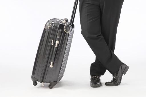ビジネスマン キャリーケース キャリーバッグ 足 靴 脚 ビジネス 出張 旅行 休憩 待つ 白バック 白背景 リラックス 休む