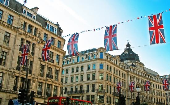 イギリス 英国 ユニオンジャック 街 おしゃれ 旗 国旗 バス 青空 大通り london 外国 たなびく 大通り 車 道路 マンション 家 かっこいい 歴史 ショッピング 壁紙 web 祝い ロンドン ヨーロッパ 窓 建物 旅行 英国 eu