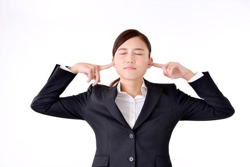 人物 日本人 女性 若い 若者  20代 スーツ 就職活動 就活 就活生  社会人 OL ビジネス 新社会人 新入社員  フレッシュマン 面接 真面目 清楚 屋内  白バック 白背景 耳を塞ぐ 指 うるさい 雑音 騒音 シャットアウト ビジネスマン mdjf007