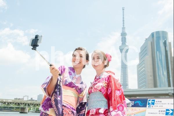 川辺で自撮りする浴衣の女性外国人観光客3の写真