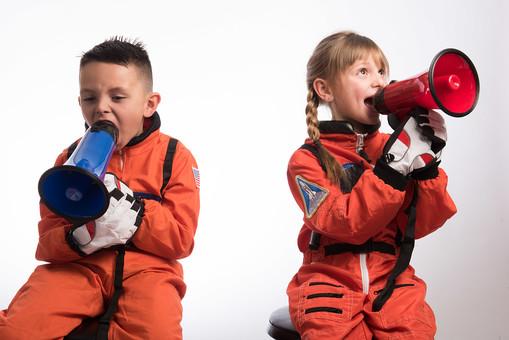 グレーバック 背景 グレー 子ども こども 子供 2人 ふたり 二人 男 男児 男の子 女 女児 女の子 児童 宇宙服 宇宙 服 スペース スペースシャトル 宇宙飛行士 飛行士 オレンジ 希望 夢 将来 未来 体験 職業体験 職業 小道具 小物 拡声器 マイク ハンドマイク 叫ぶ 大音量 ボリューム  外国人 mdmk009 mdfk045